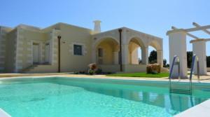 Puglia: Stenen landhuis met zwembad en 8000 m2 terrein op 10 km van Ostuni en 15 km van de zee.