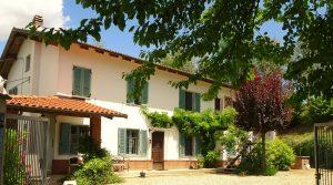 Piemonte : Instapklare, ruime villa (ex B&B) met gezellige, panoramische tuin midden in de wijngaarden tussen Nizza Monferrato en Castelnuovo Calcea.