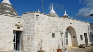 Puglia: Rustig gelegen trullicomplex bij Martina Franca met olijfgaard en fruitbomen.