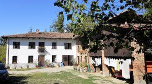 Piemonte – Groot landhuis bovenop een heuvel omringd door wijngaarden