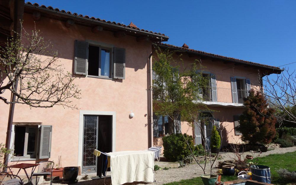 Piemonte: Romantische, vernieuwde villa met prachtig uitzicht, verdeeld in 4 ruime appartementen