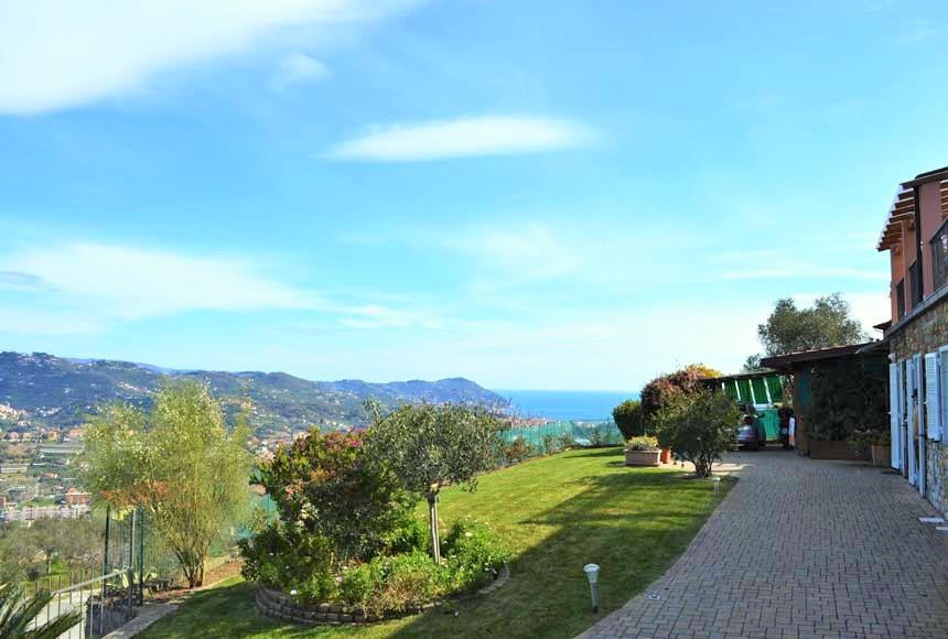 Ligurië: Nieuwe villa met zeezicht en tuin op een heuvel aan de Ligurische Bloemenrivièra, vlakbij Imperia.