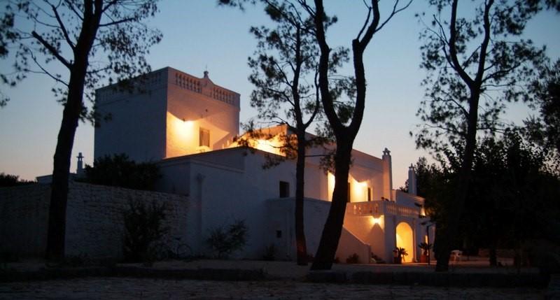 Puglia: Panoramisch gelegen luxe-villa met toren op enkele km van de golfbaan en toeristische haven.
