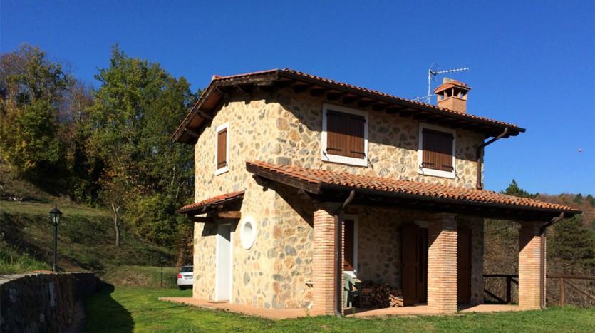 Toscane: alleenstaand, schattig stenen huisje met tuin
