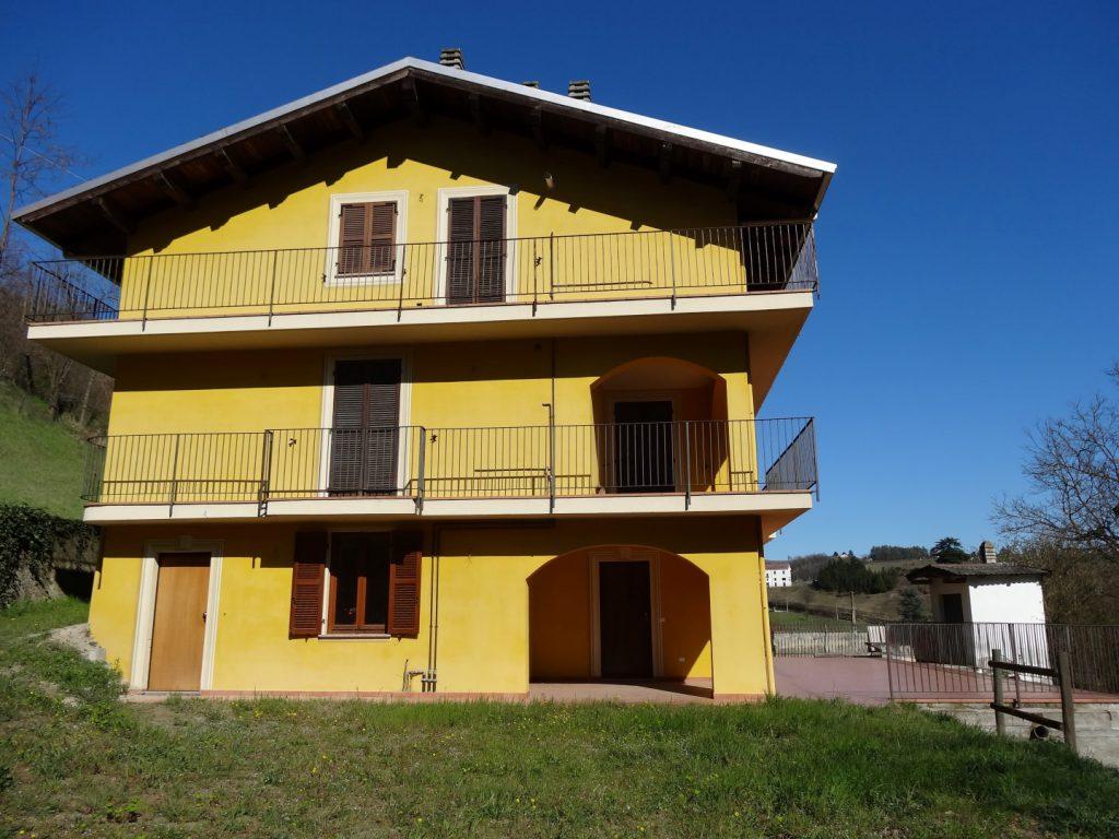 Piemonte: Vernieuwd gebouw met 3 appartementen en tuin in Acqui Terme