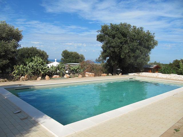 Puglia: Villa in Mediterrane stijl met zwembad en zeezicht in agro di Carovigno