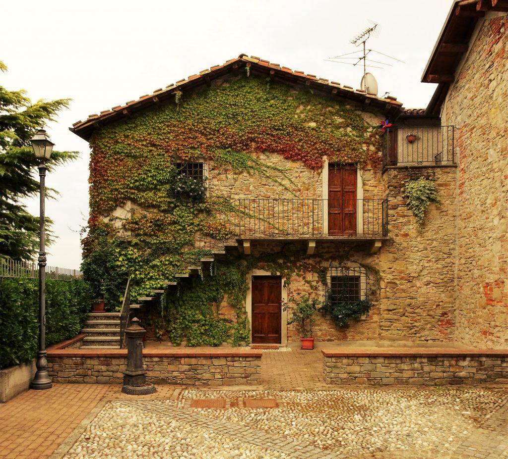 Piemonte – Charmante dorpsvilla met 2 appartementen en panoramische tuin