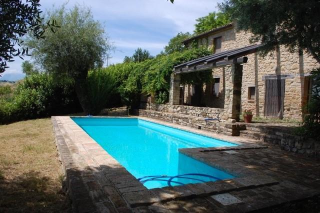 Le Marche: volledig gerenoveerde, charmante, stenen boerderij met zwembad