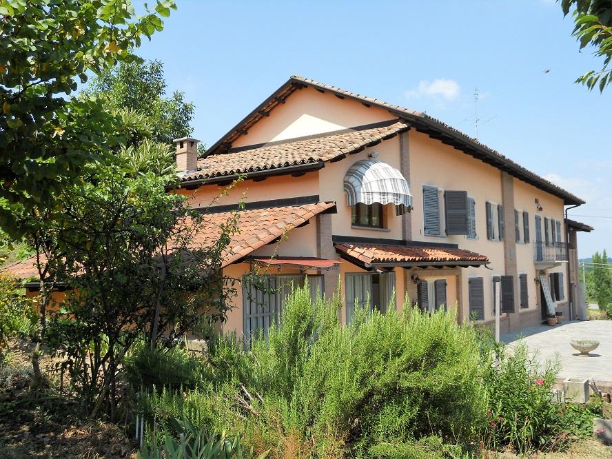 Piemonte: gerenoveerde villa tussen de wijngaarden