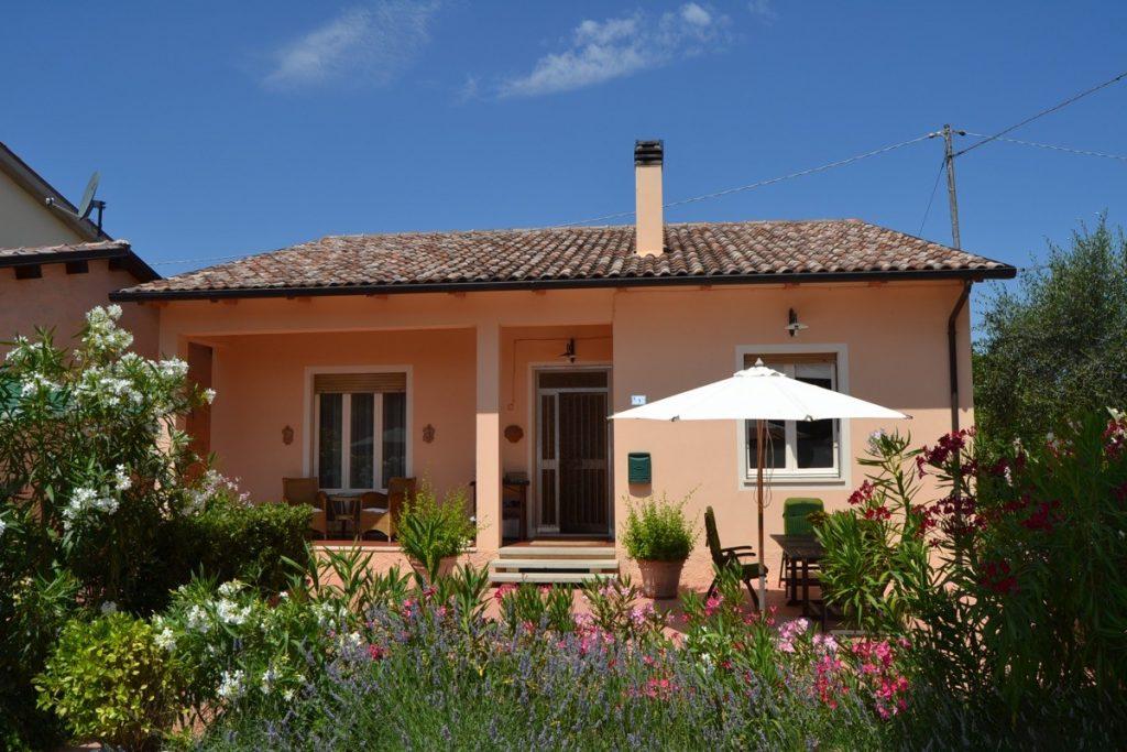 Le Marche: Fraai complex met woonhuis, gastenhuis, garage, zwembad en heerlijke tuin