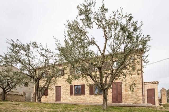 Le Marche: alleenstaand stenen huis in klein dorpje