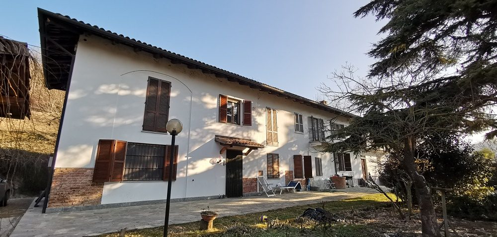 Piemonte: ruime, halfaangebouwde landelijke woning