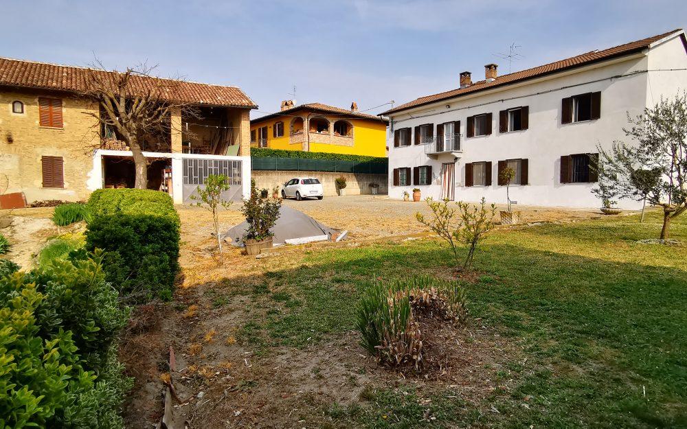 Piemonte: panoramisch gelegen, ruime landelijke woning met bijgebouw
