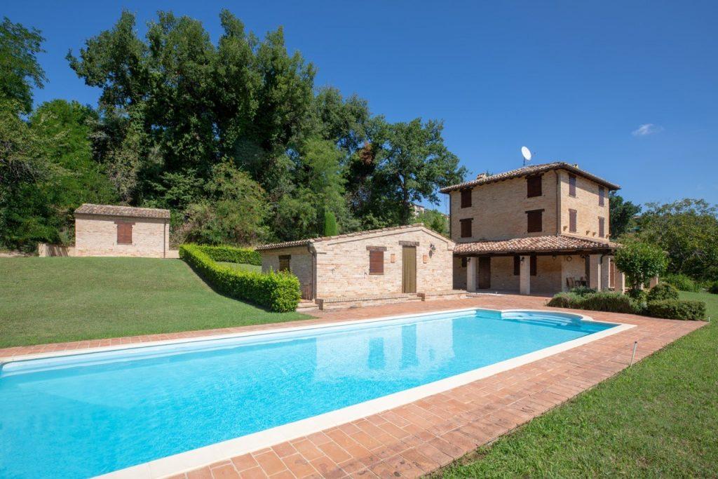 Gerenoveerde boerderij met zwembad bij Loro Piceno