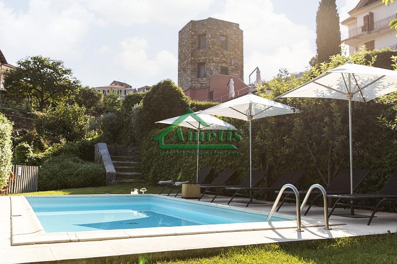 Ligurië: authentieke uitkijktoren met zwembad in het achterland van Imperia te koop