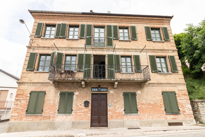 Zeer ruime historische woning in het centrum van Agliano Terme te koop